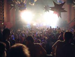 tanzende Menschenmenge in einem Club in London